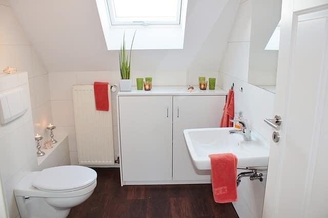 organizar el espacio en un cuarto de baño pequeño