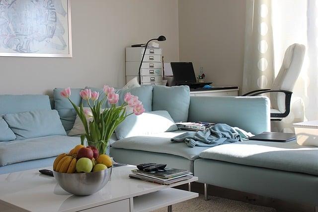 sofá en tonos nuetros