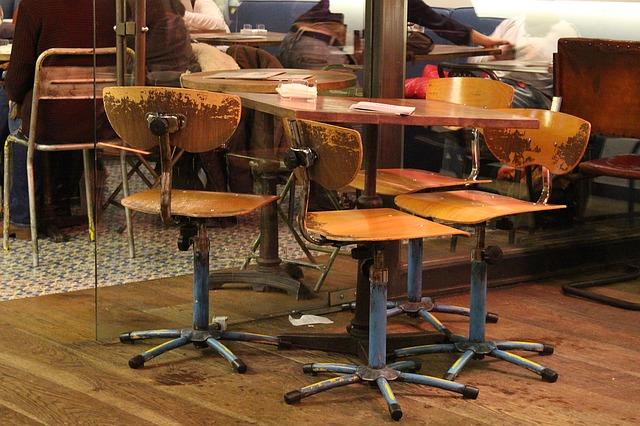 silla de metal y madera