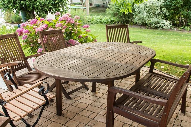 cómo mantener los muebles de exterior de madera