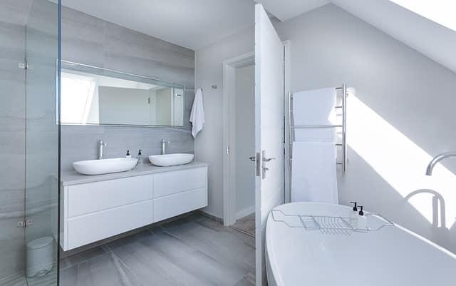 Los mejores trucos para ampliar el cuarto de baño sin obras