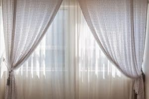escoger cortinas blancas