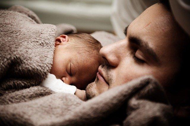 padre e hijo en casa